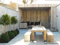 tuin met overdekt terras en buitenhaard en loungehoek