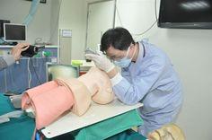 搶救呼吸!彰基困難氣道插管車啟用 傳統氣管內管插管是運用「傳統喉頭鏡」,藉由肉眼直視喉頭與聲帶放入氣管內管。(圖片提供/彰化基督教醫院)