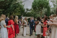 wedding confetti blanche fleurLieu de réception en Provence https://www.blanchefleur.com/ Wedding Venue in Provence   Fleurs : Big day http://www.bigday.fr/fr/ photos : http://marinkovic-weddings.com/wedding-photographer-provence/