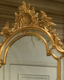 hand-crafted in Italy carved wood mirror with shell design and mirrored insets. Decorative mirror is finished in antique gold leaf