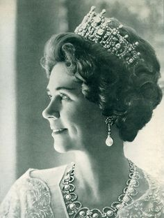A close up of Queen Sophia's Diamond Tiara, worn by QAueen Frederika later in life. The necklace she's wearing also converts into a tiara, and was often worn by her daughter, Princess Irene. Royal Crowns, Royal Tiaras, Crown Royal, Tiaras And Crowns, Corona Real, Greek Royalty, Greek Royal Family, Queen Sophia, Diamond Tiara