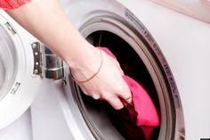 Lavar roupas brancas e mantê-las sempre alvejadas não é uma tarefa fácil. Cada tecido tem sua resistência e o uso de alvejantes clorados pode amarelar ainda mais sua roupa.  Após longas