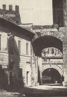 """Porta San Lorenzo (o Porta Tiburtina) con la settecentesca casa dei Doganieri, demolita nel 1869 assieme all'arco della controporta (""""Onoriana"""") di inizio V secolo, fatta abbattere da Pio IX per recuperarne il marmo, per un progetto che poi non fu più realizzato Anno: 1866"""