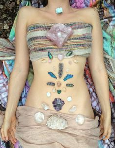 Laying healing crystals on your body immediately shifts you into a different state. It helps to draw out negative energy, unblock stagnant energy and encourage a smooth flow of energy throughout your body. #crystals