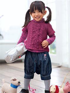 Der hübsche Mädchenpullover von Vertbaudet bildet mit der Mädchenjeans in Sarouelform und dem gemusterten Unterziehrolli ein trendiges Outfit für den Herbst.
