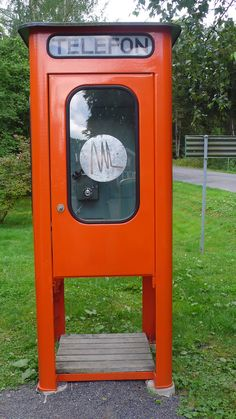 An old telephone booth on Visingsö. If I don't remember incorrectly it's close to an old BP petrol station. Telephone Booth, Vintage Telephone, Right In The Childhood, Childhood Memories, Orange Phone, Vintage Phones, Old Phone, Swedish Design, Antique Clocks
