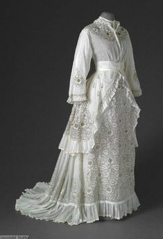 1870-1880 Victorian dress, probably from India. Decorated with a chainstitch embroidery. Antwerp Fashion Museum (Mode Museum) T94/245ABC