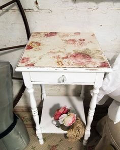 just found an end table just like this down the street....maybe i'll paint it and do the same thing!