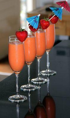 Proef de zomer met een...... Alcoholvrije Cocktail van Aardbeien en Mango!  Pureer 250 gr bevroren aardbeien en 250 gr bevroren mangostukjes in een blender. Voeg 500 ml mangosap en een banaan toe. Mix dit tot een mooie gladde shake. Schenk deze in champagneglazen. Steek in elk glas een aardbei met een leuke prikker. Proost!