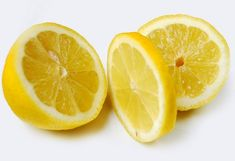 oily hair You can use lemon juice hair rinse to promote growth, add bounce to oily limp hair, remove hard water build-up, and beat dandruff. It's so simple to use, yet so effective. Darkness Around Mouth, Lemon Juice Hair, Sassy Water, Lemon Olive Oil, Lemon Herb, Lemon Benefits, Health Benefits, Hair Rinse, Oily Hair