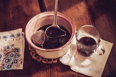 Masala Chai gibt es bereits in guten Qualitäten in ausgewählten Teeläden zu kaufen. Doch selbstgemacht schmeckt es doch einfach immer am besten. Rezept: 4 Zimtstangen,