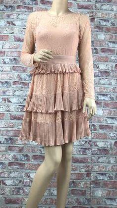 Čipkové bežové šaty s volánovou sukňou oblečené na figuríne Dresses With Sleeves, Long Sleeve, Fashion, Moda, Sleeve Dresses, Long Dress Patterns, Fashion Styles, Gowns With Sleeves, Fashion Illustrations