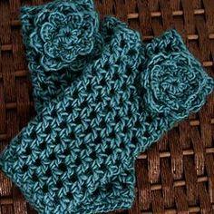 Mitones, en crochet, con adorno de flor, en ravelry.