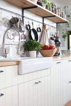 Depozitare bucătărie practică - Revista Casa lux Home Kitchens, Kitchen Cabinets, House Design, Table, Furniture, Diy, Home Decor, Decoration Home, Bricolage