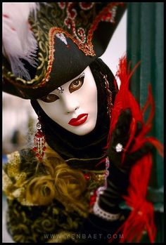 Chissà quale bel volto si cela dietro questa maschera...