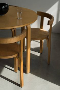 High/Low: Alvar Aalto-Style Dining Table and Chairs (Remodelista: Sourcebook for the Considered Home) Romantic Home Decor, Classic Home Decor, Hippie Home Decor, Natural Home Decor, Luxury Homes Interior, Home Interior, Interior Design, Home Decor Styles, Cheap Home Decor