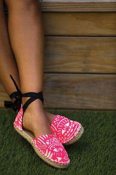 DIY Espadrilles - free pattern to make your own espadrille shoes handmade free pattern How To Make Your Own DIY Espadrilles Espadrilles, Espadrille Shoes, Make Your Own Shoes, How To Make Shoes, Sewing Clothes Women, Diy Clothes, Shoe Pattern, Handmade Clothes, Shoes Handmade