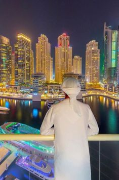 We traveled to Dubai to make the most complete travel guide ever. Discover the best things to do, to see, to eat in Dubai. (with exact locations & handy tips) Dubai Map, Dubai City, Dubai Hotel, Night Club, Night Life, Dubai Things To Do, Dubai Nightlife, Dubai Resorts, Dubai Travel Guide
