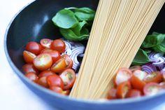 Eenpanspasta met tomaat en basilicum Italian Recipes, New Recipes, Dinner Recipes, Healthy Recipes, Healthy Diners, Cooking Challenge, Lunch Snacks, Breakfast For Dinner, Lasagna