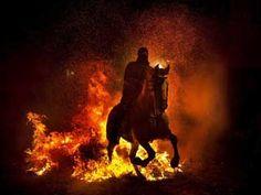 Centenas a cavalo saltaram as chamas em Pinares