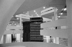 o fotógrafo mauro restiffe registrou a transformação do pavilhão ciccillo matarazzo, no parque ibirapuera, durante a montagem das obras da 32a bienal de arte de são paulo - montagem da obra da artista brasileira lais myrrha, no vazio central do prédio