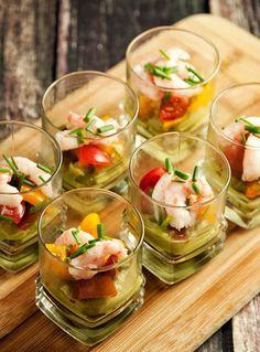 Garnelen mit Guacamole als Vorspeise im Glas