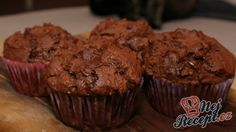 Jednoduchý recept na muffiny. Muffiny mám velmi ráda a ráda zkouším nové recepty. Na muffiny jsem vyzkoušela asi i 20 receptů, ale tento je nejlepší a jiné už ani nechci, protože po tak velkém zkoušení nic nebylo lepší. Použijte co nejkvalitnější hořkou čokoládu a výsledek bude vynikající. Já jsem je dělala už i s bílou čokoládou, což není velmi kvalitní čokoláda, ale chuťově muffiny byly na jedničku. Autor: Dulinka