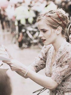 Emma signe des autographes !