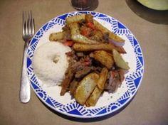 Boeuf sauté à la péruvienne (Lomo saltado) : la recette facile Tiramisu, French Toast, Cooking, Breakfast, Diy Projects, Food, Cook, World Cuisine, Peruvian Recipes