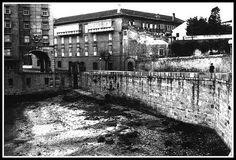 Playa del Parrote.En 1941 se empezó a construir La Solana,y con ampliaciones que se acometieron en los 60,desapareció esta playa. Al fondo de la playa se ve la puerta de acceso al mar de la antigua muralla,por donde entró Carlos I a España para ser coronado rey,y por donde salió para ser coronado Emperador de España y Alemanía.