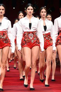 Pin for Later: Kendall Jenner herrscht über Paris... und den Rest der Fashion Weeks Und führte gleiche eine ganze Armee von Models an