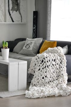 Mrs Hardy: Chunky blanket DIY - made out of 3 fleece blankets cut up Finger Knitting, Arm Knitting, Sewing Projects, Diy Projects, Chunky Blanket, Knitted Blankets, Fleece Blankets, Home Living Room, Home Accessories