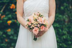 Ramo de novia clásico: bouquet de rosas y rosas pitiminis salmón {Foto, Isa + Diego Fotografía de Bodas} #bridalbouquet #madeinspain