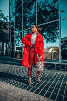 A red coat is a classic winter piece Awesome Casual Winter Outfits Trends Ideas Outfits In Rot, Work Outfits, Red Coat Outfit, Outfit Work, Outfit With Red Pants, Mantel Outfit, Moderne Outfits, Winter Fashion Outfits, Bright Winter Outfits
