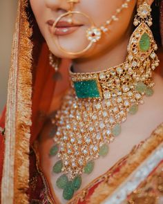 Glorious bridal earrings with big emerald drop and pearl hangings ideal for statement brides! (C) Safarsaga Films #wittyvows #indianwedding #indianjewellery #bridaljewellery #indianbride #bridalaccesories #bridetobe #indianweddinginspiration #weddingideas #jewelryforwomen