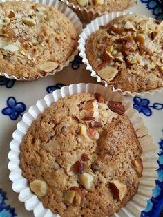 Kender du de små makronkager vi stornød i 80'erne og 90'erne? Du ved de små knasende, sprøde kager i muffinsforme, med konfekt/-marcipan-agtigmidte? Det er synd, at kagerne er gået i glemmebogen, de skal da findes frem igen :-) Tidligere på sommeren bagte jeg denne skønne variant: makronkager med rabarber - en total succes, hvor rabarberne gav en Sweets Cake, Cupcake Cakes, Cupcake Toppers, Cookie Recipes, Snack Recipes, Danish Food, Crazy Cakes, Healthy Muffins, Holiday Cakes