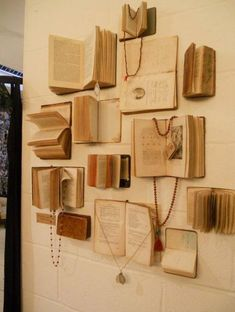 Jewelry Book Display More jewelry organizer wall display ideas Easy And Beautiful DIY Projects Made With Old Books 2017 Books Decor, Fur Vintage, Vintage Books, Vintage Ideas, Vintage Frames, Antique Books, Vintage Walls, Vintage Photos, Vintage Display