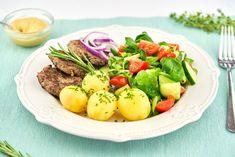 Libové hovězí karbanátky jsou skvělou možností, jak zpracovat červené maso v kuchyni. Červené maso má vysoký obsah železa a vitaminu B12, při jejichž nedostatku může nastat anémie, neboli chudokrevnost. Cobb Salad, Potato Salad, Potatoes, Ethnic Recipes, Food, Potato, Essen, Meals, Yemek