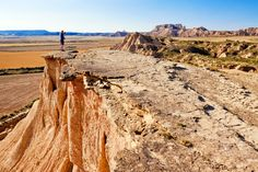 Las Bardenas Reales (Navarra). El suelo arcilloso y de arenisca fue modelado por el agua y el viento creando espectaculares barrancos, mesetas y cerros testigos, sin casi vegetación.
