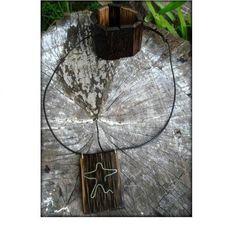 """Colar """"Abraço do Cristo"""" feito artesanalmente em madeira de pupunha, metal e couro.Tamanhos e cores personalizadas."""