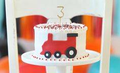 All aboard the Train Birthday express with this amazing cake. Vintage train party food and cake inspiration to compliment to the Bee Box Parties Train Collection. Thomas The Train Birthday Party, Trains Birthday Party, 2nd Birthday Parties, Birthday Ideas, Car Party, Theme Parties, Cake Birthday, Fondant, Party Cakes