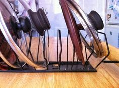 6 of the Best & Easy Garden Tool Rack You Can Make from Recycled Materials Pot Lid Organization, Lid Organizer, Kitchen Organization, Organizing Ideas, Cd Holder, Tool Rack, Garden Tool Storage, Wood Source, How To Remove Rust