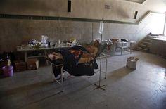 美聯社攝影師Khalil Hamra作品  當地時間2012年8月6日,敘利亞阿勒頗,一名巴勒斯坦難民在當地醫院休息。