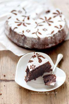 La Torta Caprese è un dolce partenopeo tipico dell'Isola di Capri a base di cioccolato fondente e mandorle, dal cuore morbidissimo e un gusto paradisiaco! Un dolce squisito come pochi, che ha origini