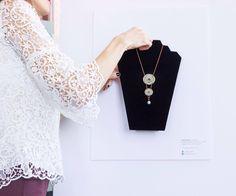 Oggi parliamo con Alesia Zeta, elegante designer dal respiro internazionale che ha dato forma al suo sogno di sempre, in giro per il mondo. Un mix di intuizione, innovazione e tantissimo gusto hann…