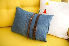 Kissenhülle aus Denim-Stoff Old Jeans, Denim Jeans, Reuse Old Clothes, Recycled Dress, Denim Handbags, Sparkle Shoes, Denim Crafts, How To Make Clothes, Denim Bag