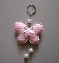 Este precioso llavero de mariposa de tela, tan fácil de hacer, es una muy buena idea para implementar como souvenirs de cumpleaños de niñas o regalos para las pequeñas.