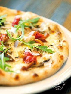 Pizza with peppers and eggplant - La Pizza con peperoni e melanzane unisce al gusto della pizza tradizionale la freschezza e il sapore delle verdure di stagione. Sane, oltre che buone! #pizzaaipeperoni #pizzamelanzane