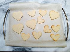 Biscuits au sucre - Recettes de famille #recette #recettebiscuits #recettestvalentin #stvalentin   #dessertstvalentin Dessert St Valentin, Cookies, Desserts, Sweet Cookies, Sugar, Recipes, Cooking Food, Crack Crackers, Tailgate Desserts