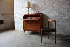 Le bureau secrétaire est un meuble classique et une bonne solution pour votre petit coin de travail à la maison. Apportez la touche vintage chez vous!
